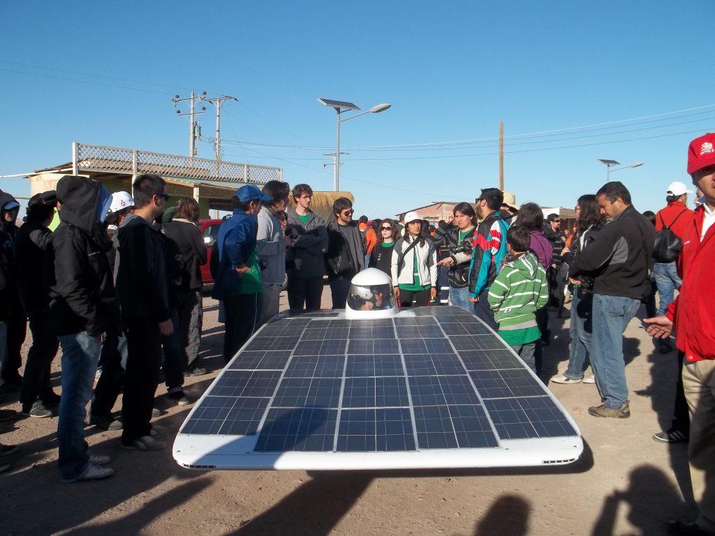 Español: Equipo Eolian2, de la Universidad de Chile, previos a comenzar la carrera de autos solares Atacama Solar Challenge 2011
