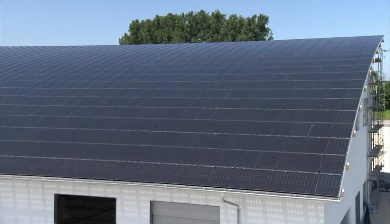 ein dach aus solar pv modulen generation nachhaltigkeit. Black Bedroom Furniture Sets. Home Design Ideas